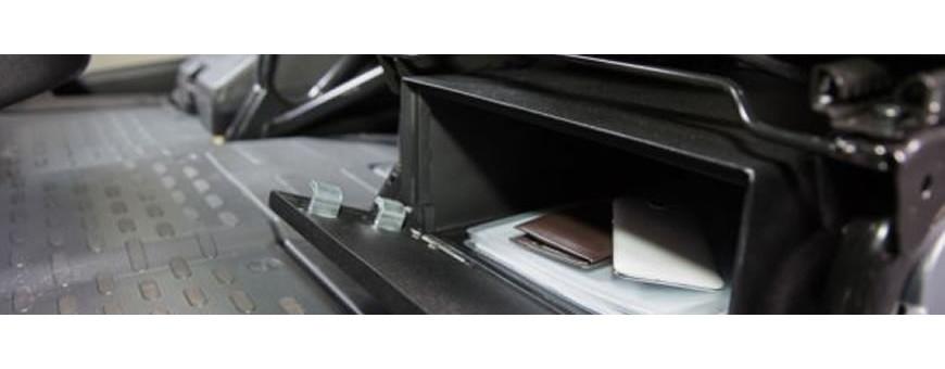 Trezor do auta je ideální řešení problému převozu financí nebo cenností v automobilu. Trezor je umístěn v bezpečném místě a některé modely umožnují i vhazování bankovek nebo dokumentů štěrbinou v trezoru.